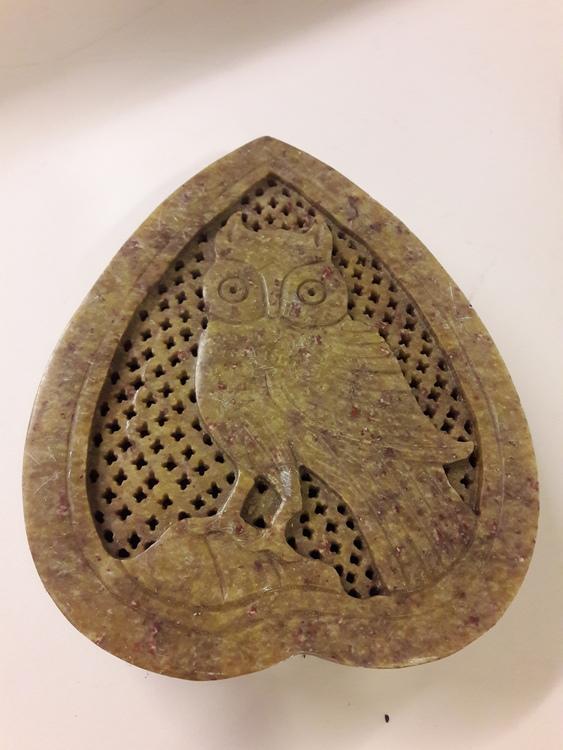 Vacker hjärtformad lockask med uggla som motiv, i sten