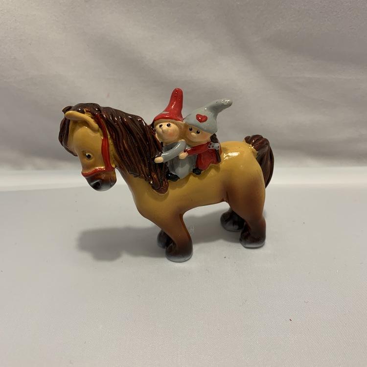 Häst med kärlekstomtar