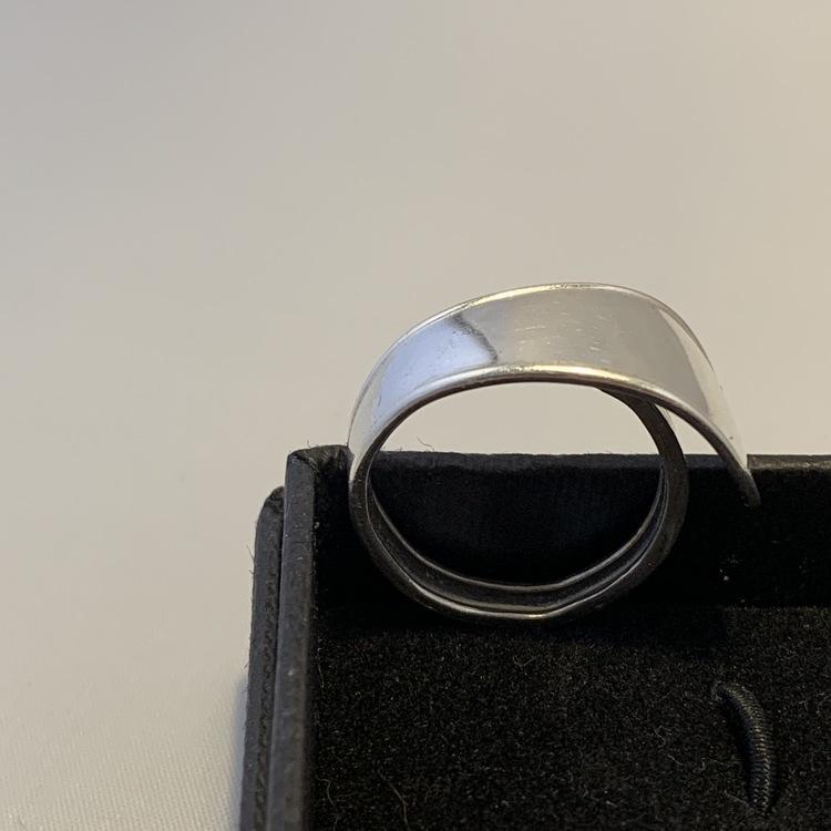 Ring i silver, gjord av silversked