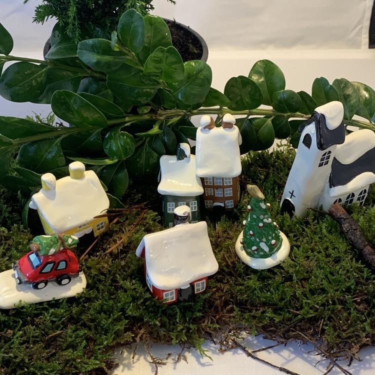 En julby med kyrka och små hus!