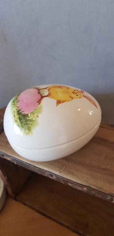 Fint porslinägg med söt kyckling på ett rosa ägg!