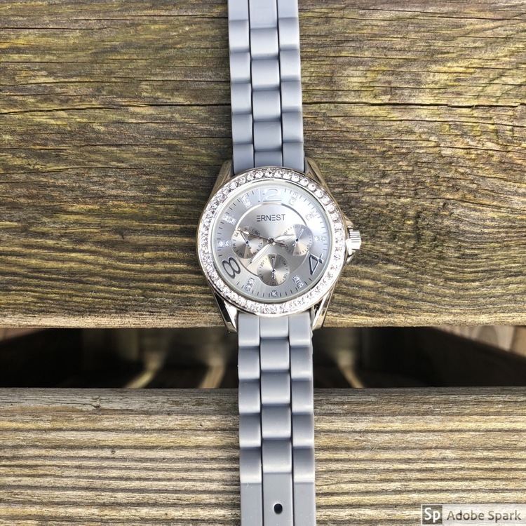 grå klocka med blingbling med ljus urtavla