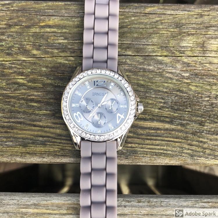 grå lila klocka med blingbling med mörk urtavla
