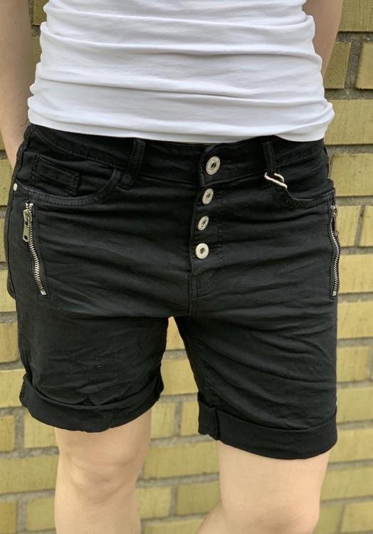 svarta shorts med dragkedja vid fickan