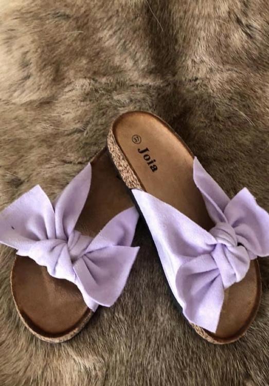 Sandal med roset i lavendel