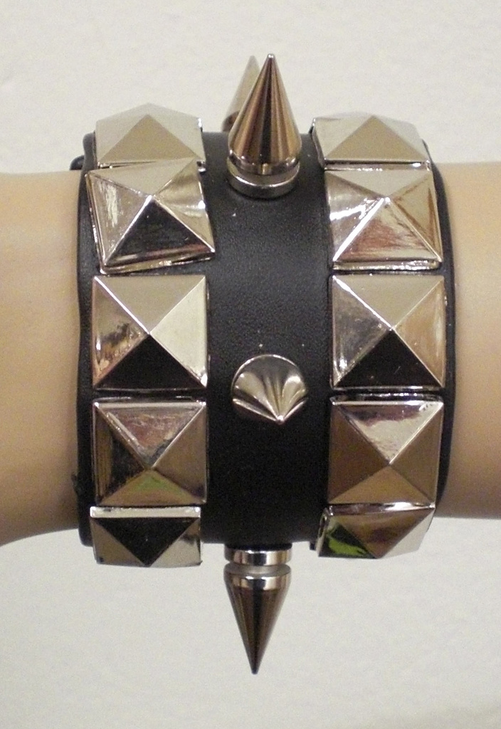 Armband i läder med nitar Brett