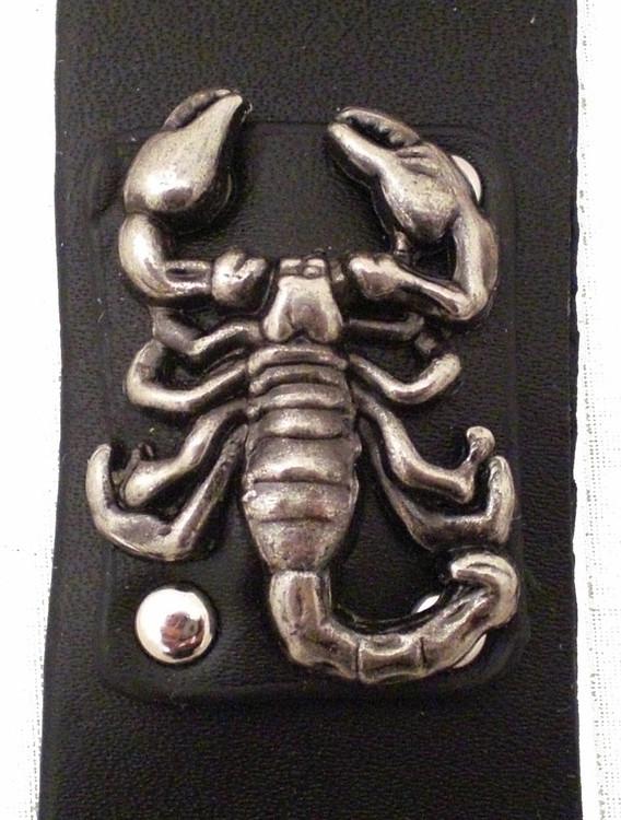 Armband i läder med nitar Scorpion