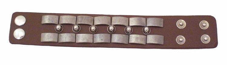 Armband i läderimitation med nitar