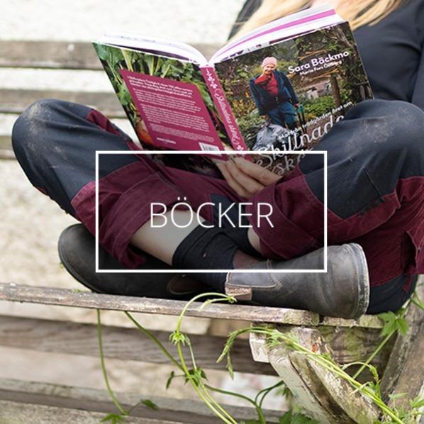 En kvinna sitter på en bänk och läser en bok om odling