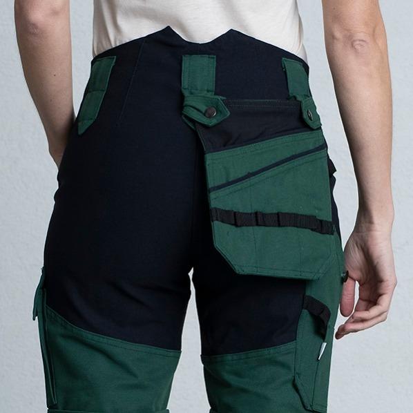En ficka som sitter på baksidan av arbetsbyxan