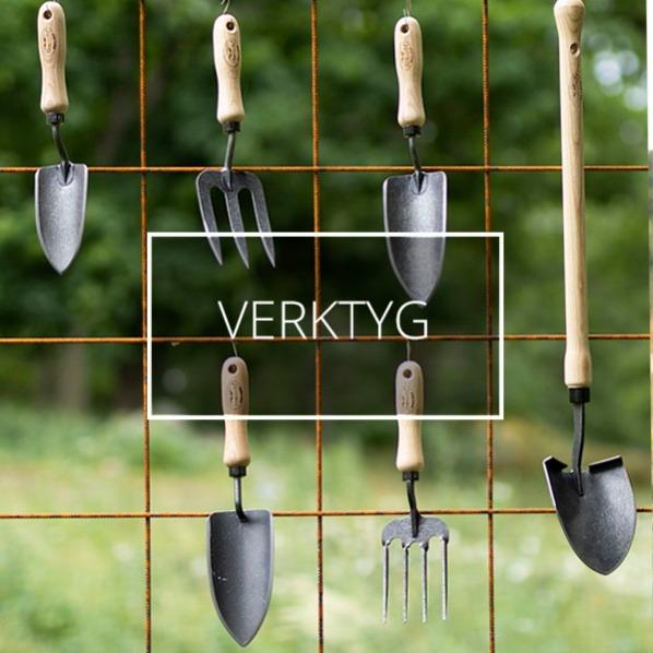 Trädgårdsverktyg hänger på armeringsnät