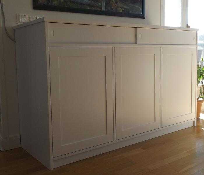 Exempel på handbyggd tv-möbel med inbyggd lyftanordning, tv i nedfällt läge.