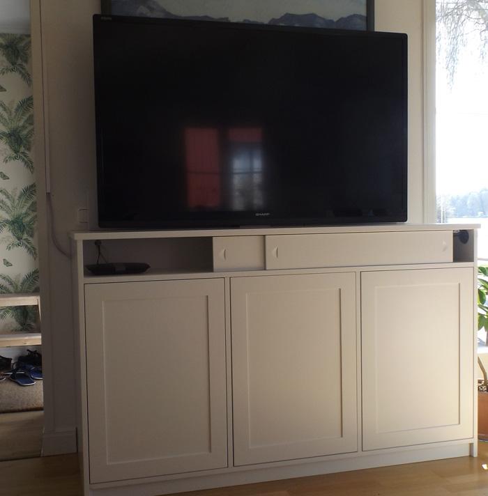 Exempel på handbyggd tv-möbel med inbyggd lyftanordning, tv i upphissat läge.