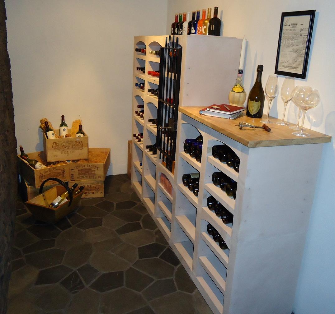 Vinicase vinställ i vit kalksten
