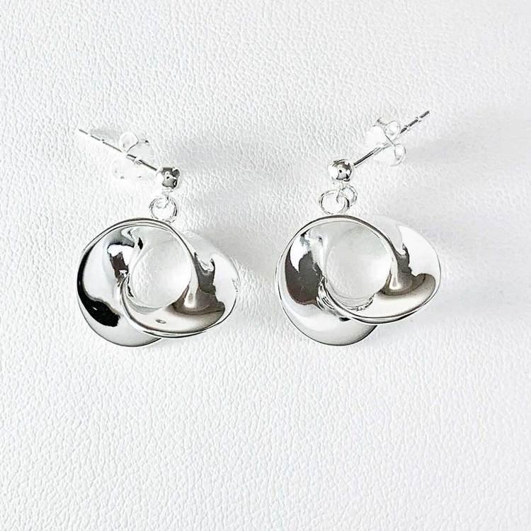 Snygga silverörhängen Chloé från Catwalk Jewellery