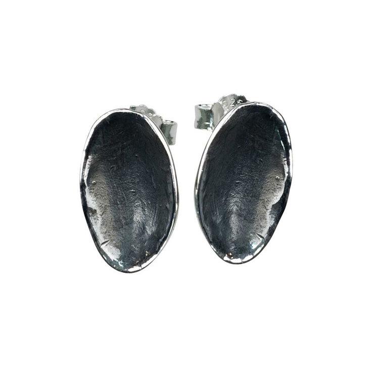 Snygga örhängen i oxiderat silver Black Plates från Catwalk Jewellery