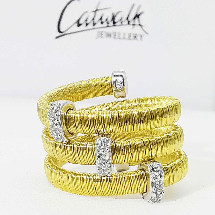 Ring med gnistrande cz-stenar i förgyllt 925 silver