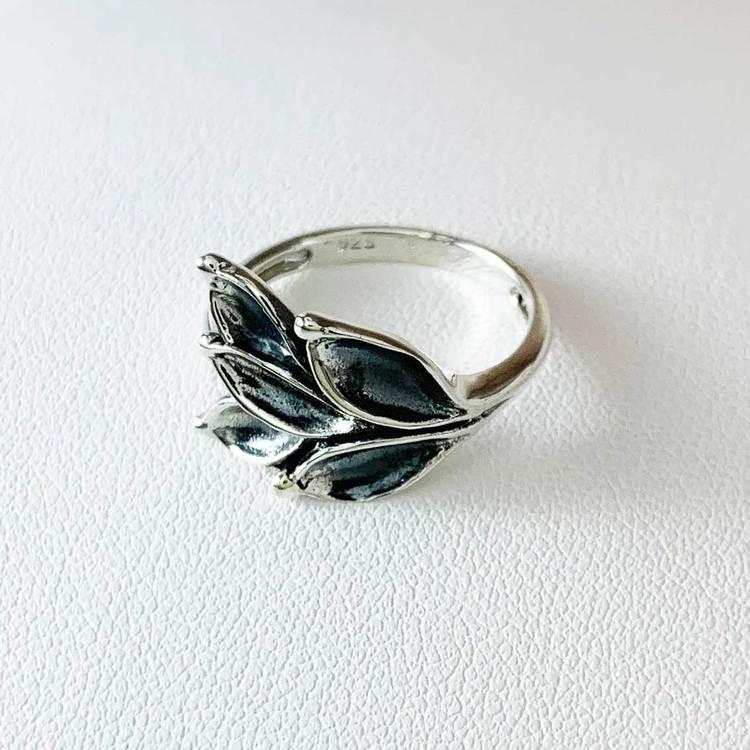 stilren och vacker ring i oxiderat silver Aleea från Catwalk Jewellery