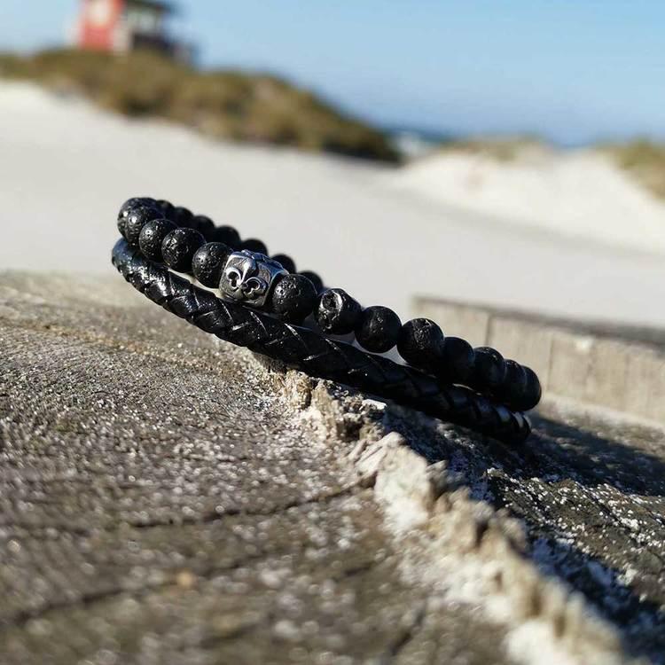 Tvåradigt svart läderarmband med svarta kulor och steel-lås