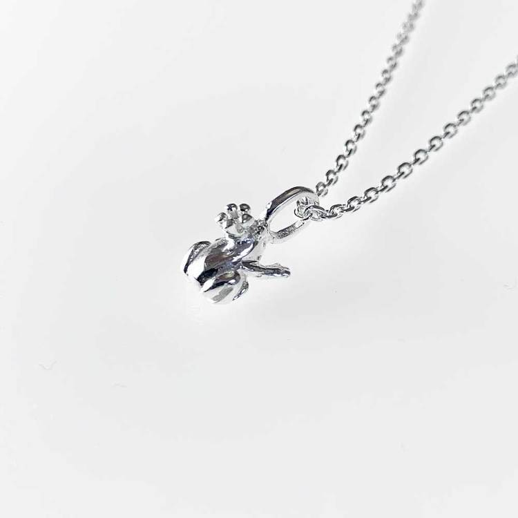 Sött halsband frog with crown i äkta silver från Catwalk Jewellery