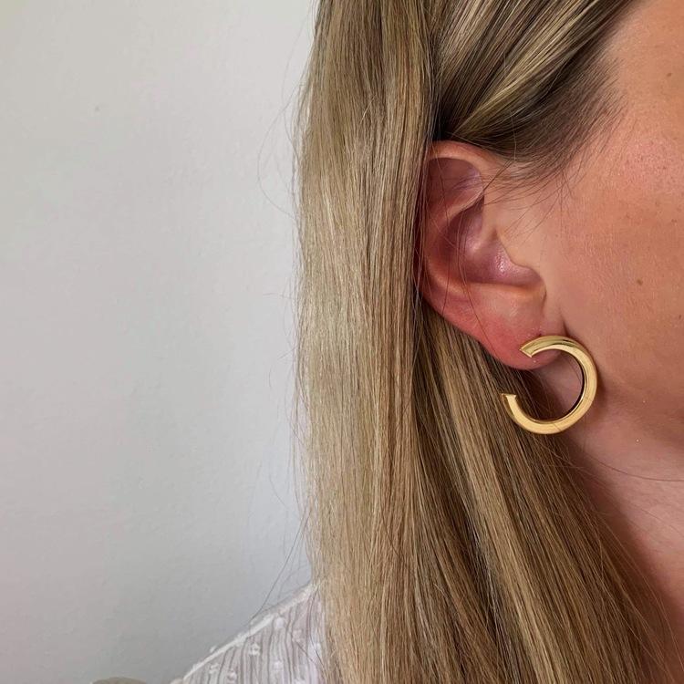 trendiga örhängen Celine i förgyllt silver från Catwalk Jewellery