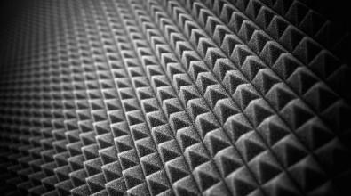 Vi säljer ljudisolering & ljudabsorbenter till ditt hem. SilentSwede® är en högkvalitativ ljudisolering & ljudabsorbent som alla kan montera utan förkunskaper. SilentSwede® levereras färdigskuren i hanterbara mått för enkel montering. SilentSwede® har en superstark dubbelhäftande och självhäftande baksida som gör att man kan montera den på horisontell eller vertikal yta. Dra bara bort skyddsfilmen på baksidan och ljudisoleringen kommer gå smärtfritt. Vi erbjuder marknadens bästa garantier för ett tryggt köp!