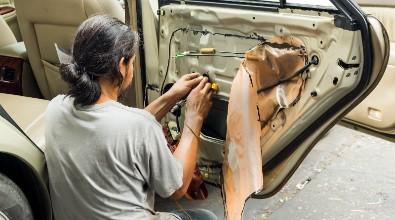 Vi säljer dämpmatta till bil. Våra dämpmattor till bil är av hög kvalité och som alla kan montera utan förkunskaper. Våra dämpmattor levereras färdigskuren i hanterbara mått för enkel montering. Dämpmattan har en superstark självhäftande baksida som gör att ljudisoleringen blir enkel att montera på horisontell eller vertikal yta. Vi erbjuder marknadens bästa garantier för ett tryggt köp!