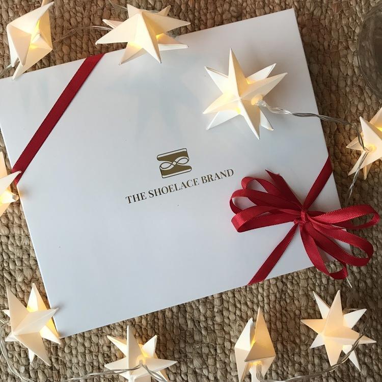 Gör din egen presentförpackning - 2 skosnören + skosudd