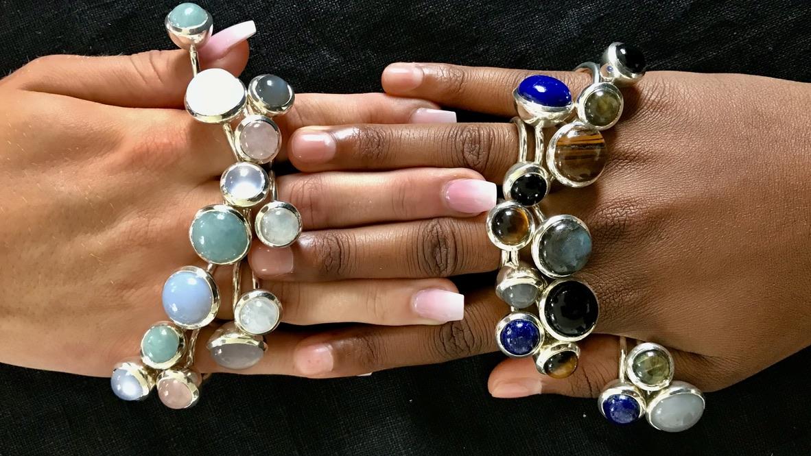 Hand med massor med silverringar och stora stenar. Hand with any silver rings and big stones.