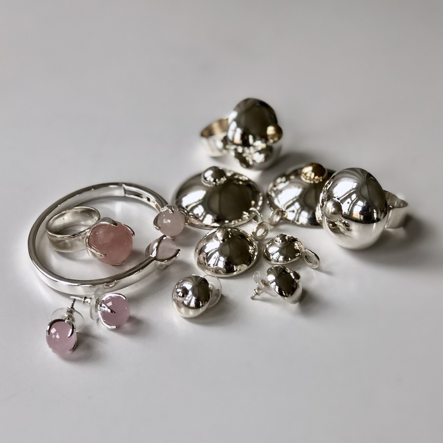 Många stora silversmycken, några med rosenkvarts. A lot of big silver jewellery, some with rose quartz