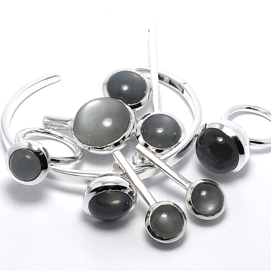 Smyckes-set med grå månsten. Jewellery set with grey moonstone.
