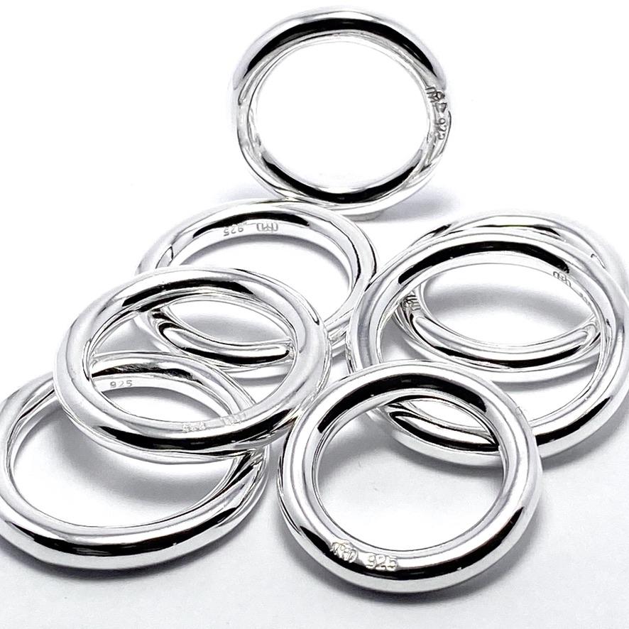 Släta och helt runda silverringar i många storlekar. This silver rings in many sizes.
