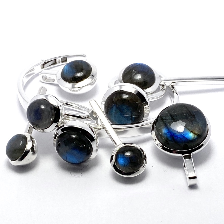 Smyckes-set med labradorit. Jewellery set with labradorite.