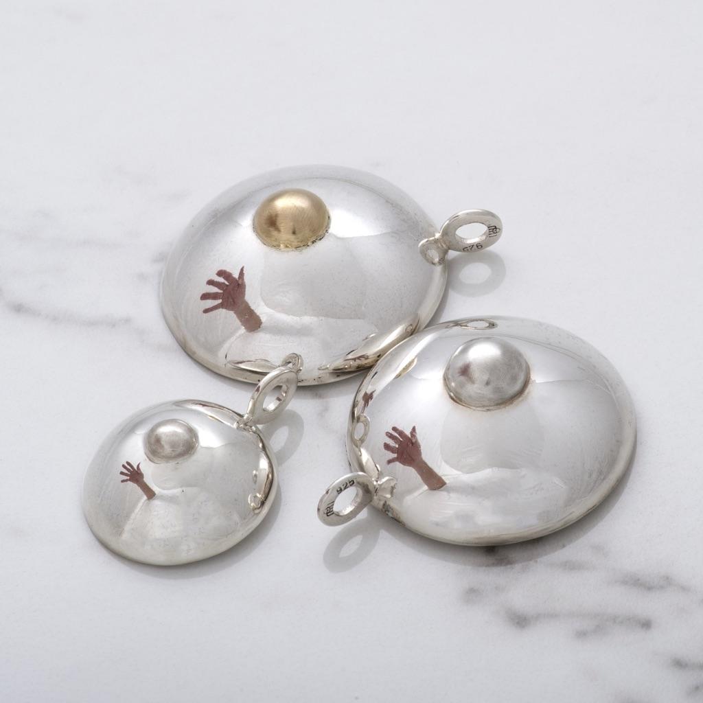 Tre hängen i olika storlekar, A-kupa, B-kupa och C-kupa. Three pendants in various sizes, A-cup, B-cup and C-cup