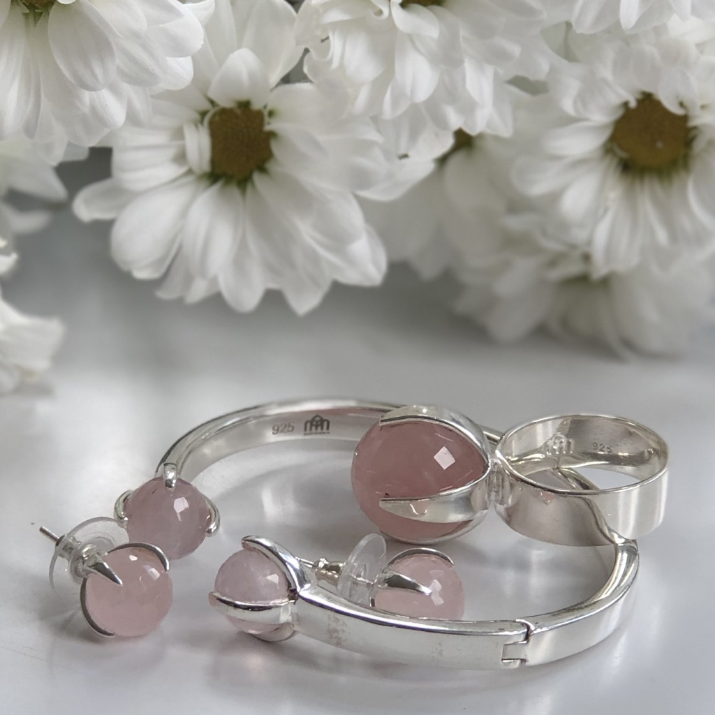 Smyckesset i silver med rosenkvarts. Jewelry set in silver with rose quartz.