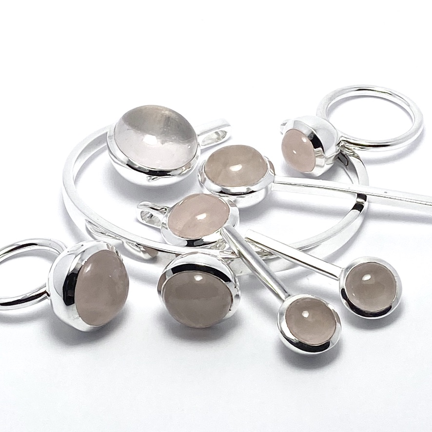 Smyckes-set med rosenkvarts. Jewellery set with rose quartz.