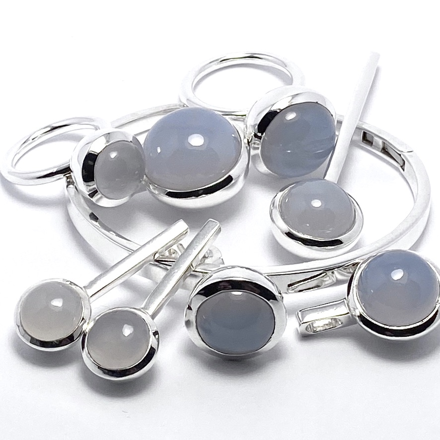 Smyckes-set med kalcedon. Jewellery set with chalcedony.