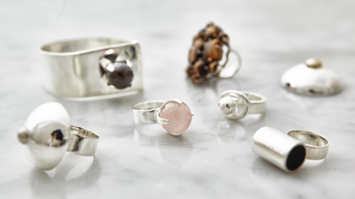 Många olika typer av stora silversmycken med olika halvädelstenar. various types of big silver jewelry with various half precious stones.