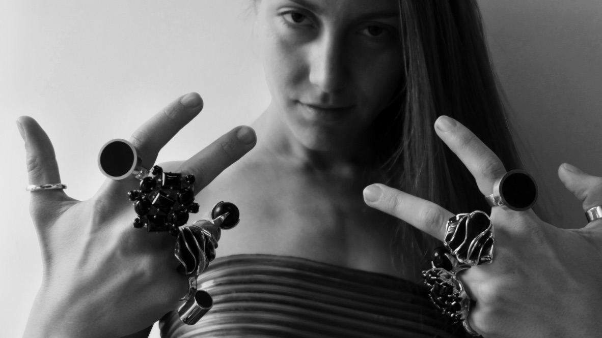 Kvinna med stora silverringar på alla fingrarna. woman with big silver rings on all her fingers
