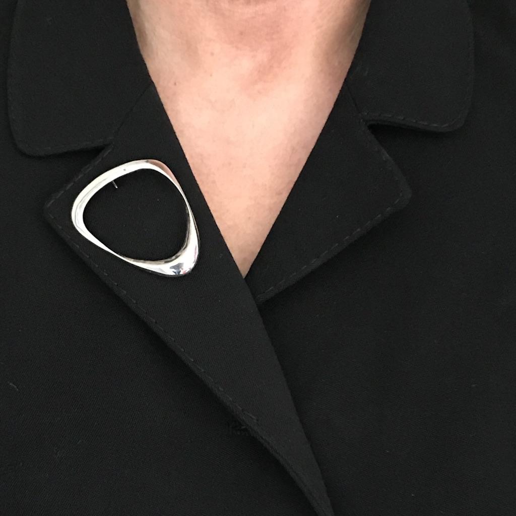 Silverbrosch med form av ett musselskal. Big silver brooch