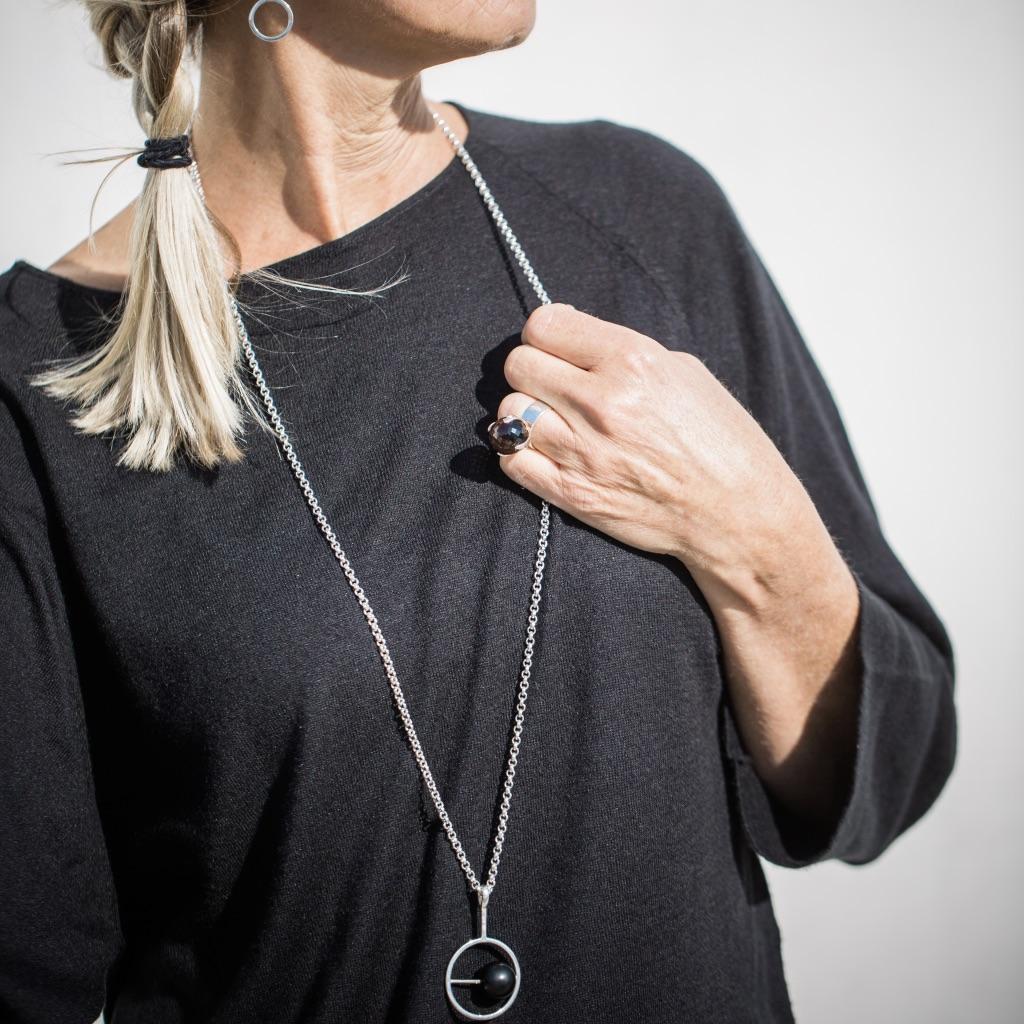 Stor silverring med svart matt onyx och lång kedja med hänge, också onyx. Big silver ring with black mat onyx and long necklace with pendant, also in black onyx