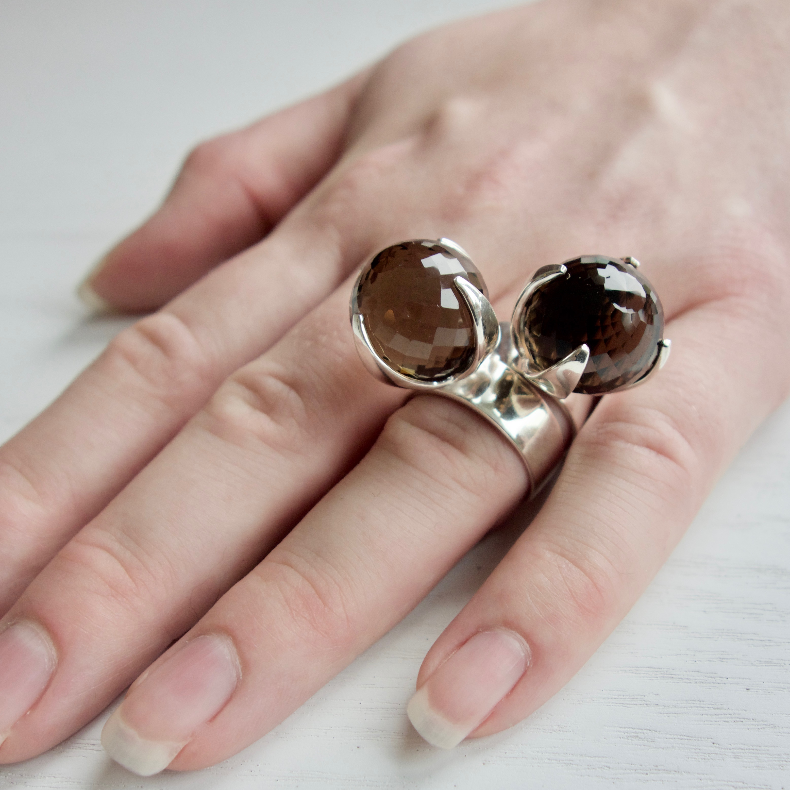 Två stora silverringar med rökkvarts. Two big silver rings with smokey quartz
