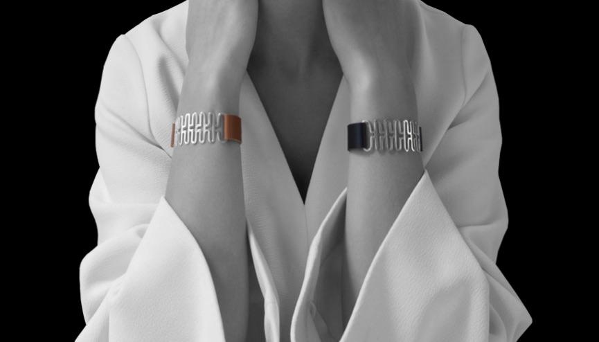 Två armband med läder, svart eller brunt med häftig silverlänk. Two bracelets with leather bracelets, brown or black and a silver detail.