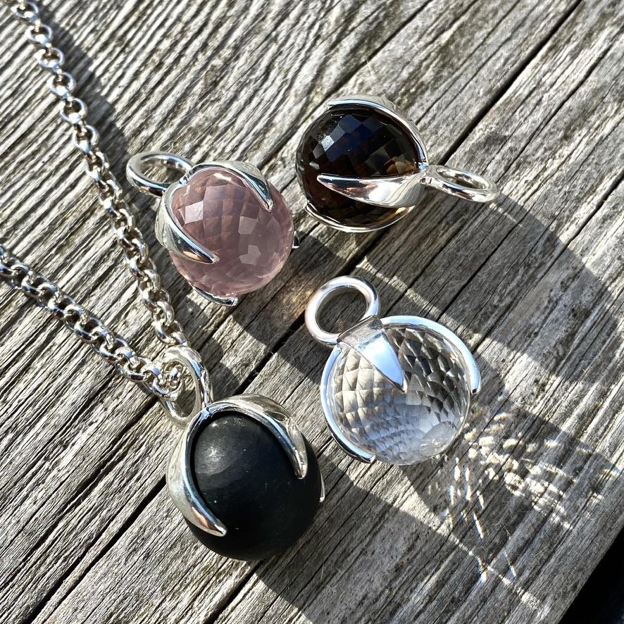 Silverhängen med rosenkvarts, rökkvarts, bergskristall och svart onyx.