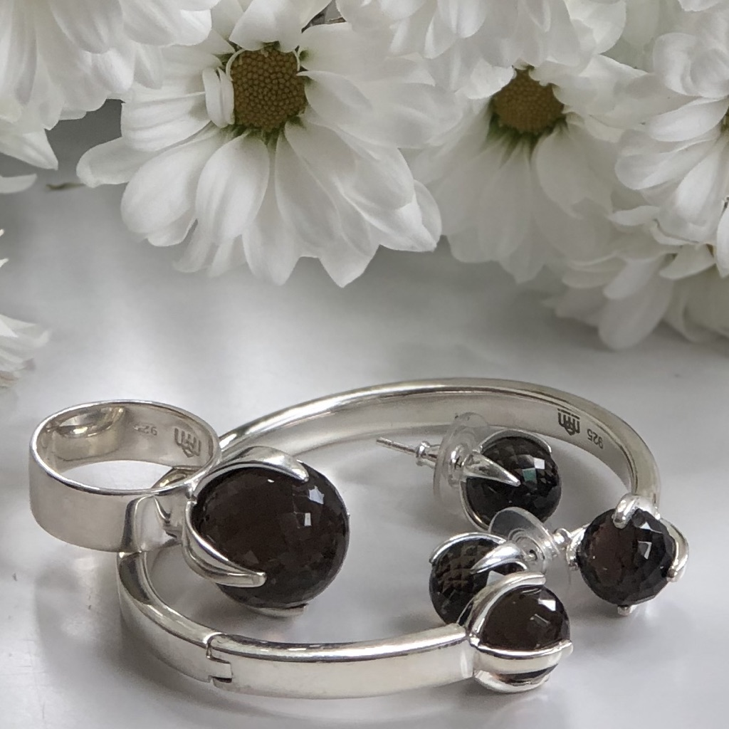 Smyckesset i silver med rökkvarts. Jewelry set in silver with smokey quartz.
