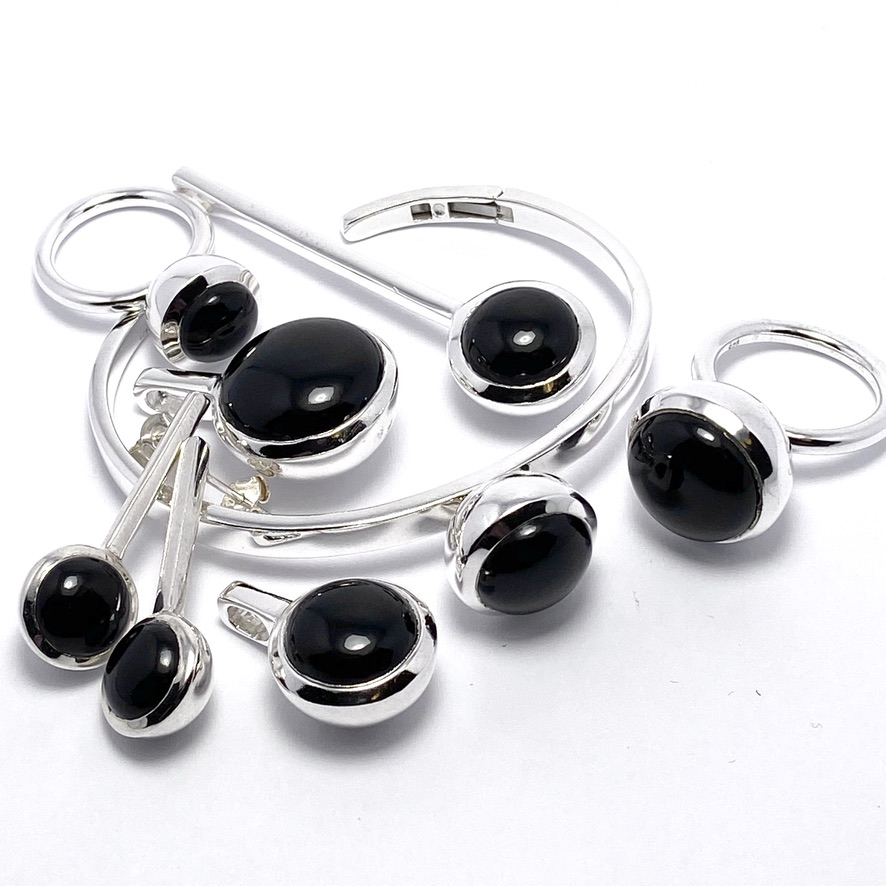 Smyckes-set med onyx. Jewellery set with onyx.