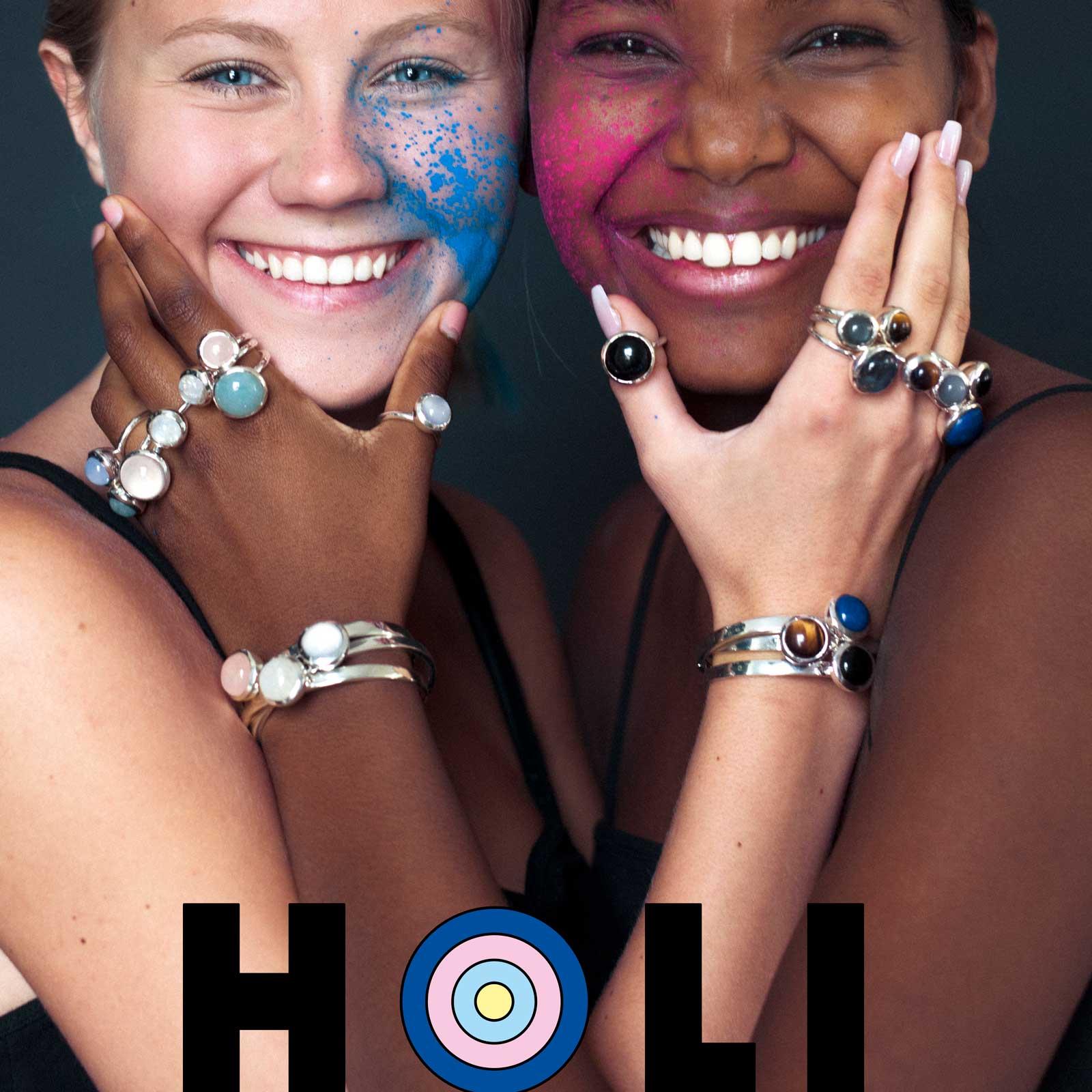 Två kninnor med massor med ringar i olika stenar och färger. Women with many rings in various colours and stones.