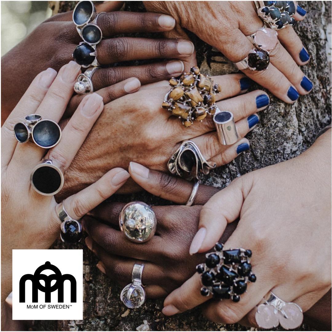Händer med stora ringar med stora stenar. Hands with big rings with big stones