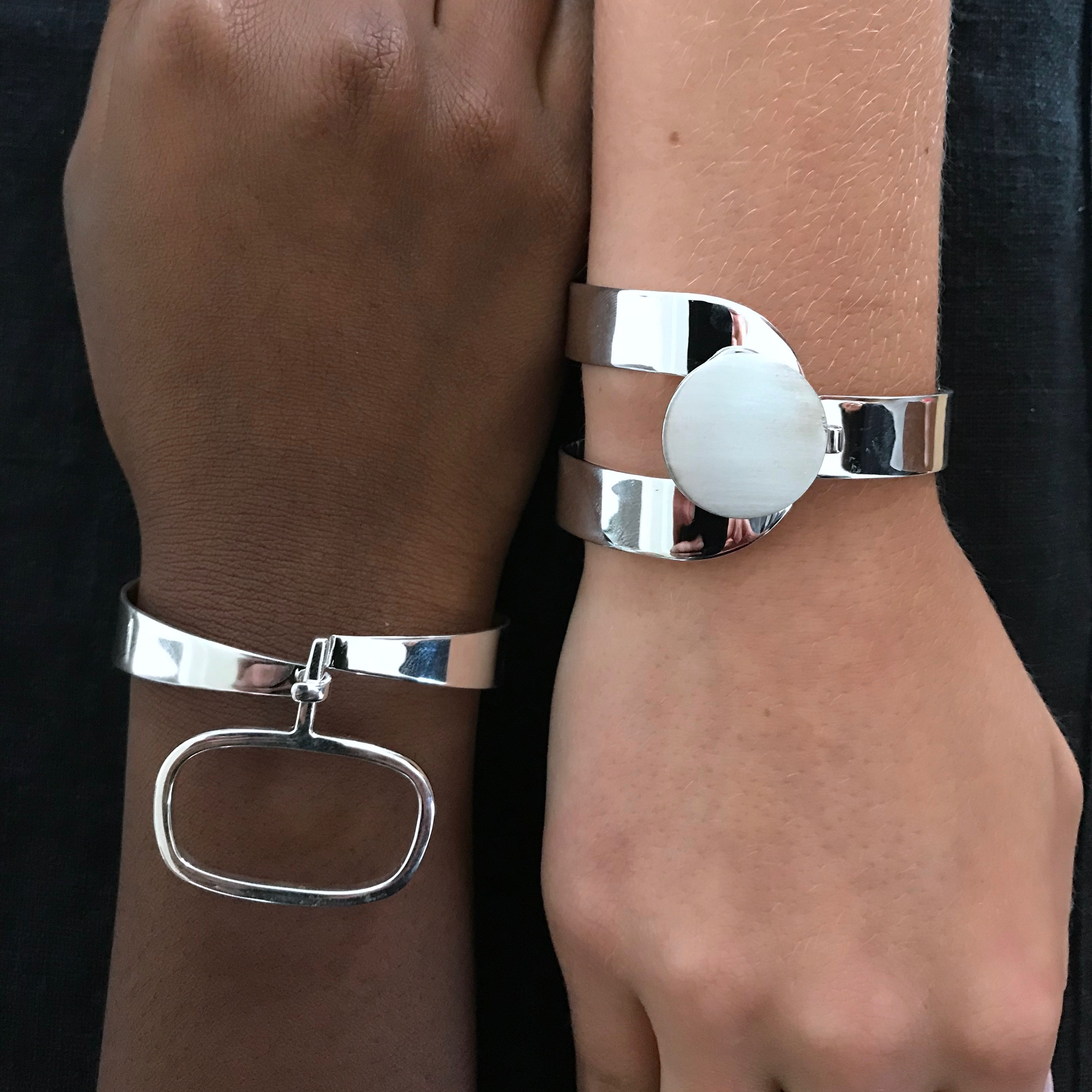 Två stora silverarmband med mjuka 70-talsformer. Two big silver bracelet with soft shapes, inspired by the 70s.