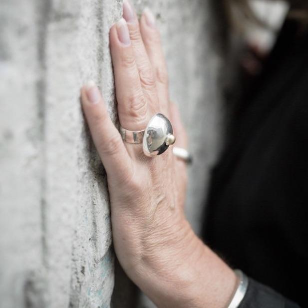 Stor silverring i form av ett bröst. A big silver ring